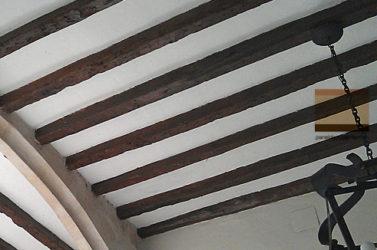 Panel Tricapa para entreplanta aligerada decorativa en placa de cartón yeso knauf, sobre estructura de madera acabado rústico.