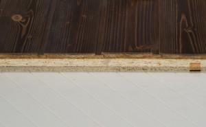Panel de madera Tricapa para entreplanta aligerada. Viroc + OSB 3 + friso abeto barnizado teñido.