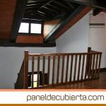 Carpintería interior, escaleras, barandillas y cubierta de panel de cubierta decorativa en madera.