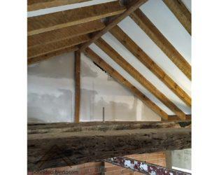 Colocación de panel de madera con núcleo aislante sobre estructura de madera de cubierta. Construcciones Gurpel.