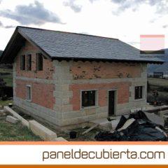 Cubierta de estructura de madera, panel de madera y pizarra en vivienda. Barco de Valdeorras.
