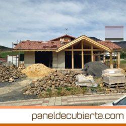 Ejecución de cubierta de estructura y panel de madera para vivienda unifamiliar.
