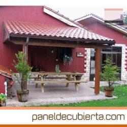 Estructura y panel de cubierta en madera para porche.