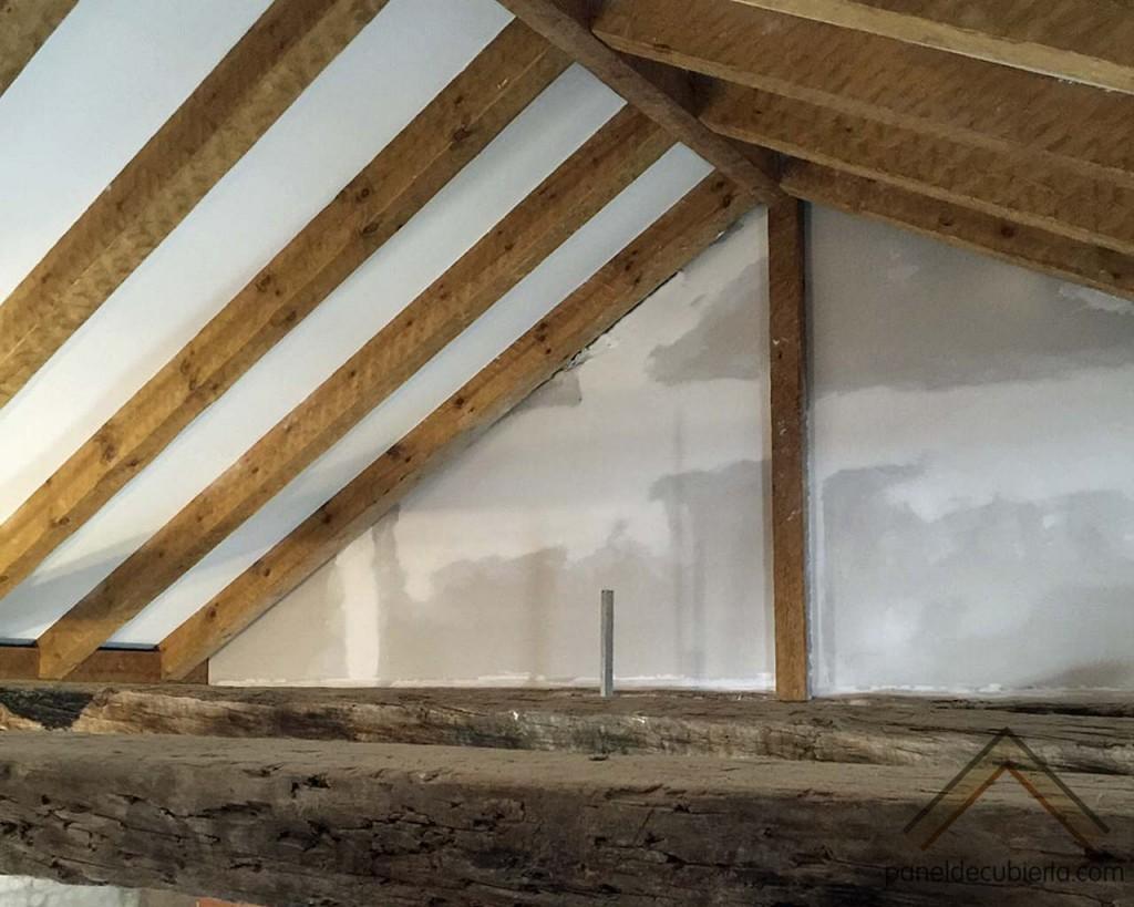Fase de remate de colocación de panel de madera con núcleo aislante sobre estructura de madera. Construcciones Gurpel.