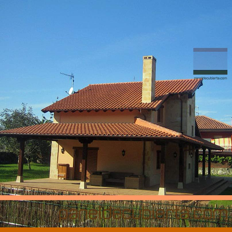 Obra de cubierta y porches en vivienda. Panel de madera para cubierta.
