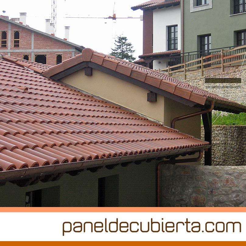Obras de tejados con panel de cubierta madera y teja cerámica.