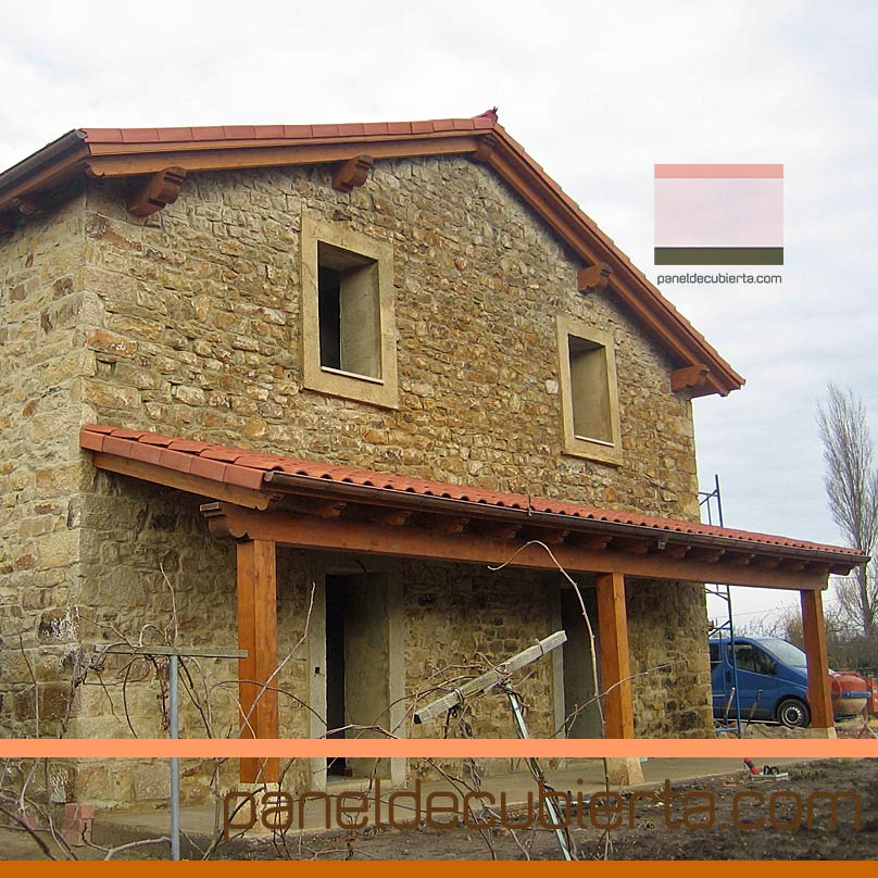 Reforma de cubierta y porche con panel de madera.