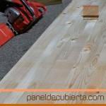 Viga laminada de gran canto para panel de madera. Sobre el suelo