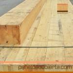 Vigas laminadas de abeto acopidas en obra para soporte de panel de madera.