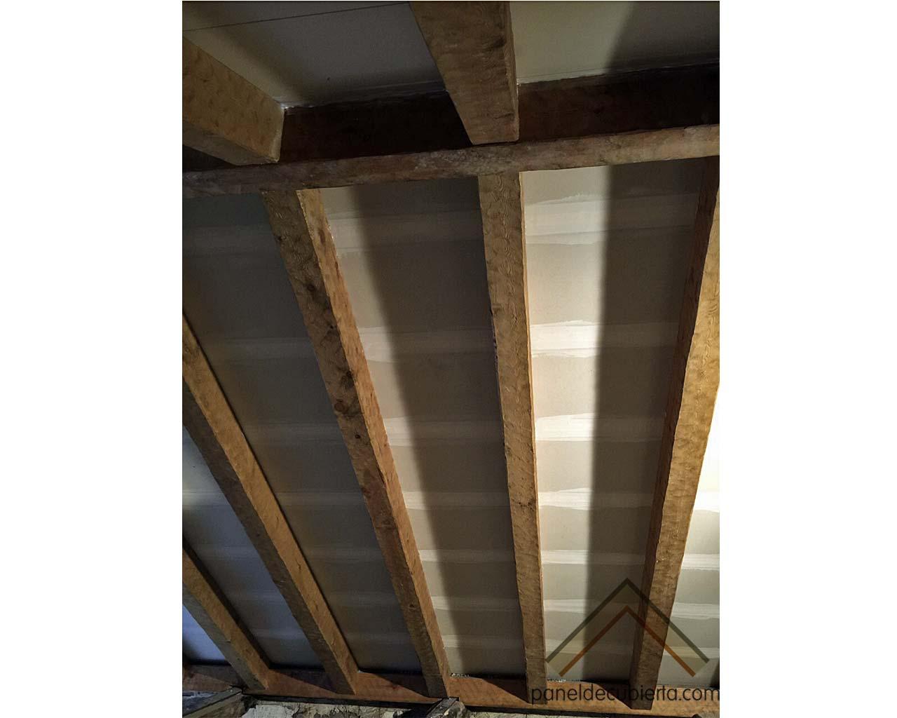 Vista de terminación de fase de aplicación de cinta y pasta tapa juntas en cara interior de panel de madera para cubierta acabado cartón yeso knauf. Gurpel Construcciones.