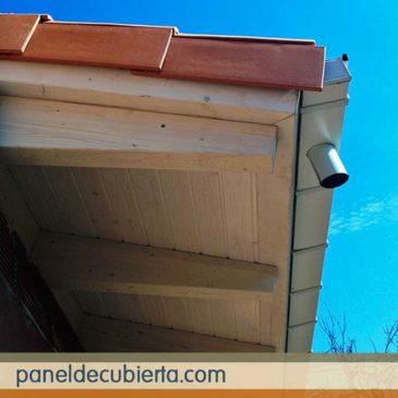 Bonito alero de tejado con panel de madera.