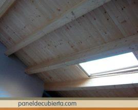 Ejecución de tejado de estructura de madera natural y panel sandwich de madera sin barnizar. Tejado panel madera.