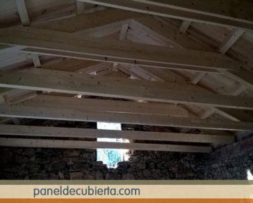 Tejado de estructura de madera y panel sandwich de madera. Tejado madera.