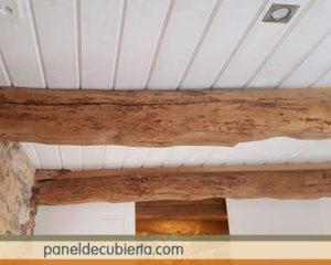 Friso madera blanco y vigas de madera.