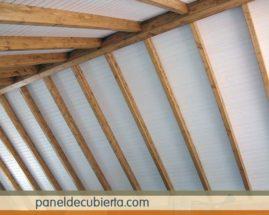 Construcción techo madera blanco.