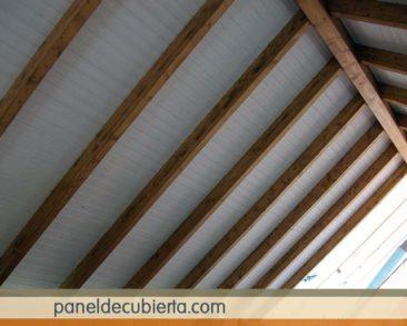 Decoración techo blanco madera.