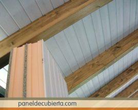 Interior blanco de madera con aislamiento térmico.
