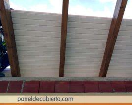 Obra de techo de madera blanco roto.