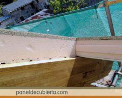 Panel y viga de madera.
