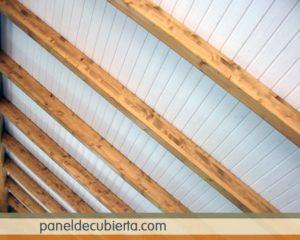 Techo blanco con vigas de madera.